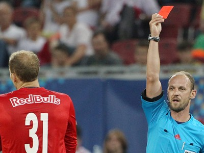 KLAGENFURT,AUSTRIA,03.JUN.15 - SOCCER - OEFB Samsung Cup final, FK Austria Wien vs Red Bull Salzburg. Image shows referee Oliver Drachta and Peter Gulacsi (RBS). Keyword: red card. Photo: GEPA pictures/ Mathias Mandl